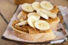 cafe-da-manha-3-banana-com-manteiga-de-amendoim-e-batida-energetica
