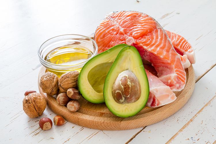 exemplos de gorduras saudáveis abacate, azeite, salmao, nozes, avelas