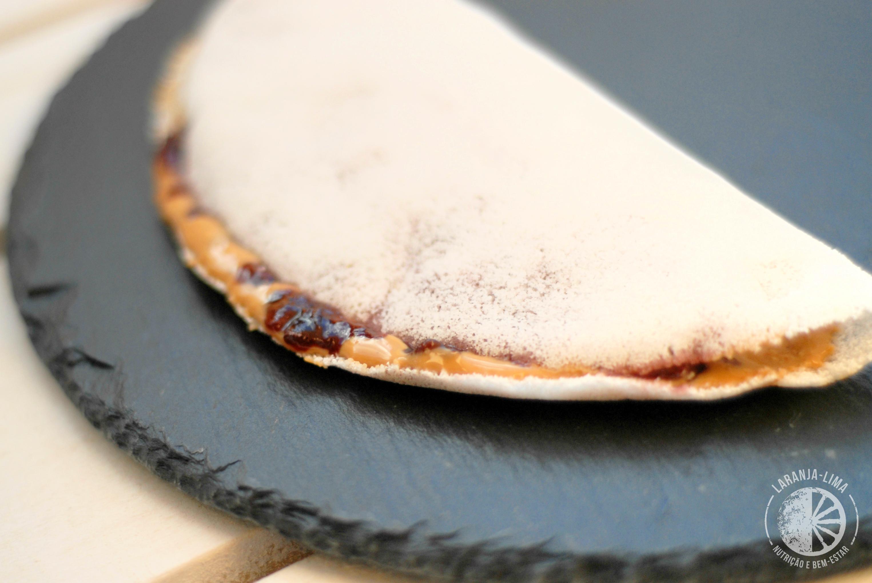 Lanche pre-treino Tapioca com manteiga de caju e doce de frutos vermelhos