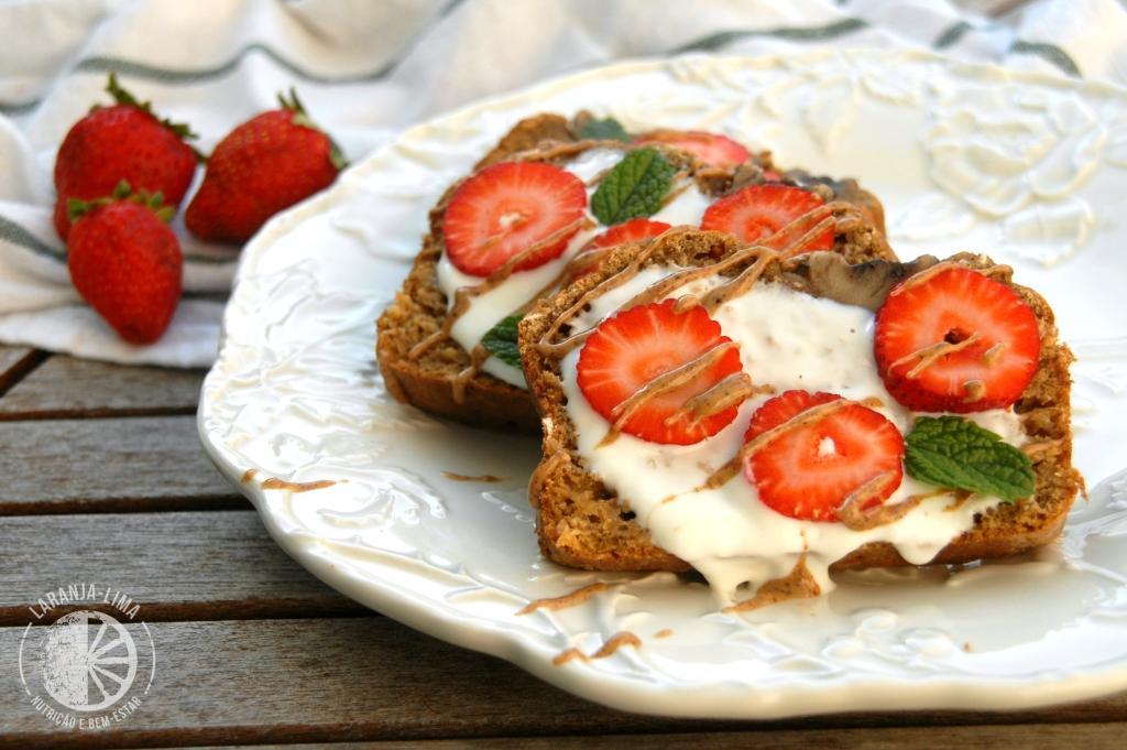 lanche pre-treino de Pão de banana com manteiga de amêndoa e morangos