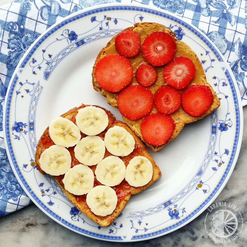 Tosta com compota de morango_manteiga de amendoim e fruta