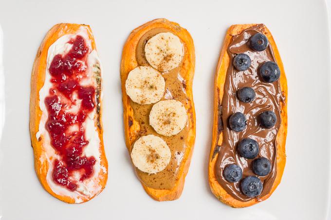 7. Tostas de batata doce com manteiga de amêndoa/compota e fruta