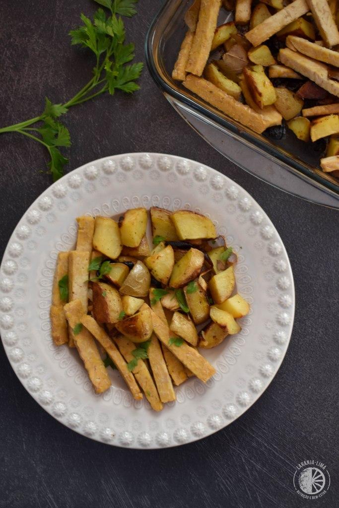 receita de receita com tempeh de cebolada e batatas assadas no forno