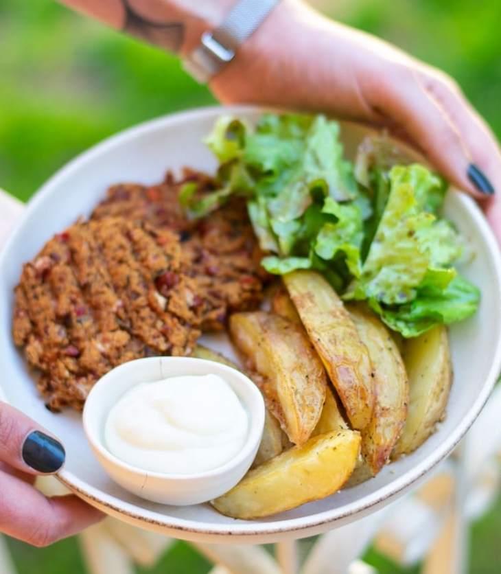 receita de batatas crocantes com maionese de alho vegan